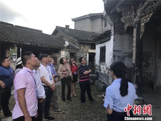 海外华文媒体高层参观汝城全国重点文物保护单位叶氏家庙。刘着之 摄