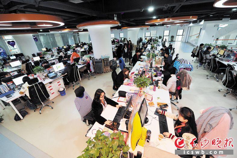 开放、共享是移动互联网经济下的常态。图为御泥坊办公场地一角。长沙晚报记者王志伟 摄