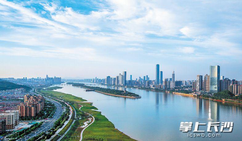 蓝天碧水,湘江之畔一片旖旎风光。长沙晚报记者 邹麟 摄
