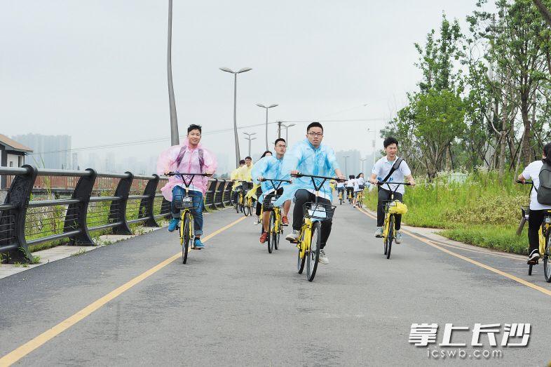 300名环保骑行志愿者沿浏阳河风光带骑行,倡导保护母亲河,践行绿色出行理念。