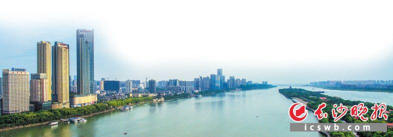 蓝天下,用无人机拍摄的湘江水天一色。长沙晚报记者 邹麟 摄