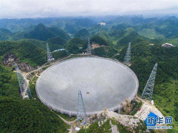 """被誉为""""中国天眼""""的500米口径球面射电望远镜,是具有我国自主知识产权、最灵敏的射电望远镜。它的落成启用,对我国在科学前沿实现重大原创突破、加快创新驱动发展具有重要意义。(图片来源:新华网)"""