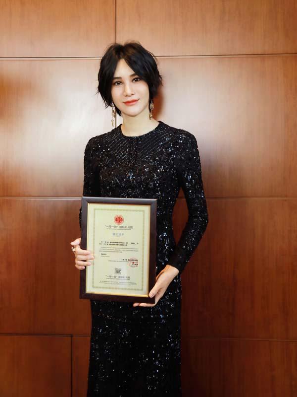 尚雯婕作为优秀青年歌手代表出席活动