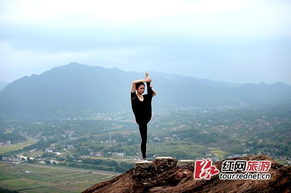a艺术!平江湖南表情包功夫吐舌头熊猫上演1艺术体操悬崖(图)图片