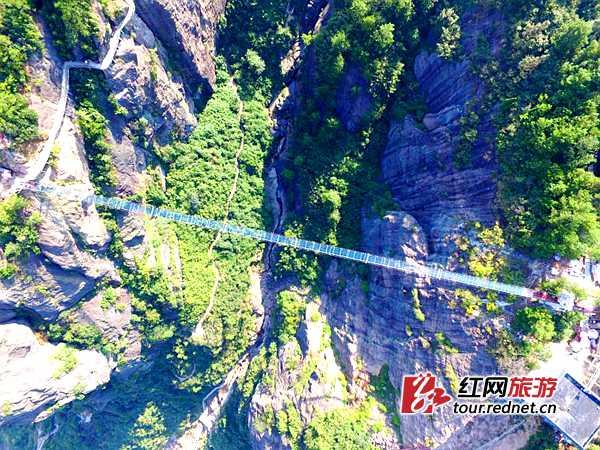 挖掘机开上吊桥 石牛寨高空玻璃桥将进行承重测试