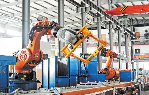 在长沙长泰机器人有限公司生产车间内,能按程序24小时连续生产的工业机器人大显身手。长沙晚报记者余志雄 摄