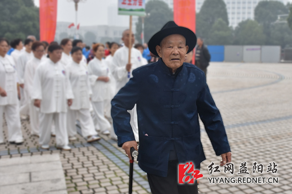 拄着拐杖的老人也不甘落后的紧追方阵.-益阳举行首届老科技工作日