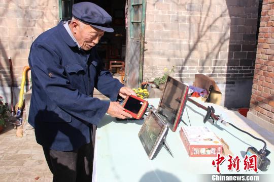 """75岁老人拐杖上的录制引关注被村民称""""义务宣传员"""""""