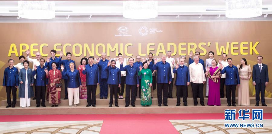 11月10日,国家主席习近平在越南岘港出席越南国家主席陈大光和夫人为出席亚太经合组织第二十五次领导人非正式会议的各成员经济体领导人、代表及配偶举行的欢迎晚宴。这是晚宴前集体合影。新华社记者 李涛 摄