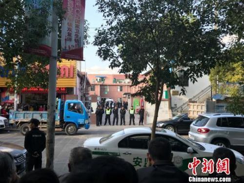 11月11日,上海浦东祝桥镇一家超市内发生坍塌,公安、消防在事发现场救援。郭容摄 郭容 摄