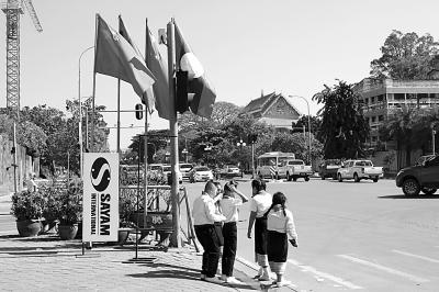 """老挝外交部部长沙伦赛·贡马西:""""如兄弟般更加亲密团结"""""""