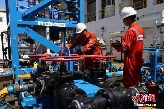 记者7月9日从中国地质调查局广州海洋地质调查局获悉,由国土资源部中国地质调查局组织实施的南海天然气水合物(即可燃冰)试采工程已连续试开采60天,累计产气超过30万立方米;取得了持续产气时间最长、产气总量最大、气流稳定、环境安全等多项重大突破性成果,创造了产气时长和总量的世界纪录。 该次南海天然气水合物试采工程9日已全面完成预期目标,第一口井的试开采产气和现场测试研究工作取得圆满成功,并实施关井作业。 图为科研人员在关闭通道阀门。中新社记者 朱夏 摄