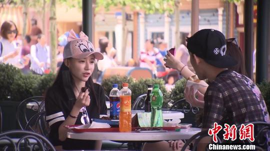 """上海迪士尼调整入园须知 市民赞此举""""维护环境"""""""