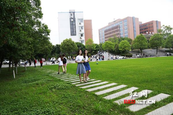 湖南信息学院的学子们在优美的学校风光里学习生活,不断进取.