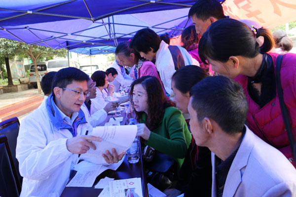 Hunan doctor comes to aid of plane passenger