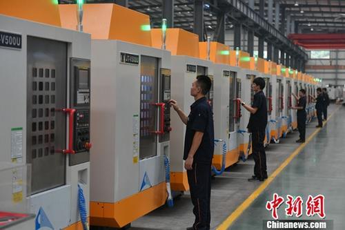 资料图:福建泉州一家数控公司的工作人员正在作业。中新社记者 吕明 摄