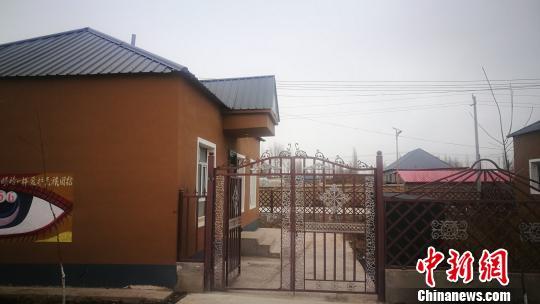 新疆西天山百余户贫困牧民离开高山搬入新居