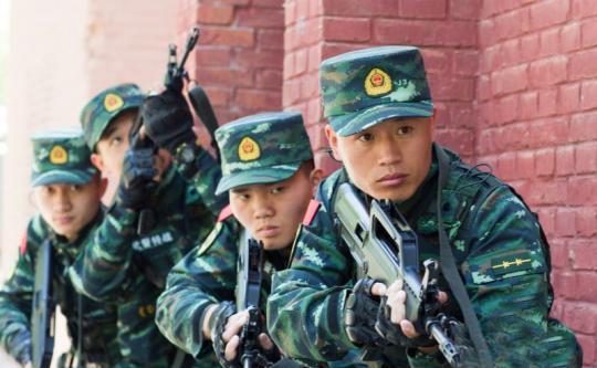 李玉峰(右一)带领官兵进行战术训练 李建军 摄