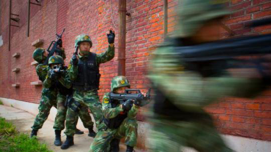 李玉峰(左三)指挥特战队员在演习中交替掩护 李建军 摄