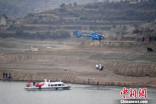 直升机飞入水库参与救援。杨华峰 摄