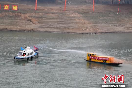 救援船向失火船舶进行喷水灭火。杨华峰 摄
