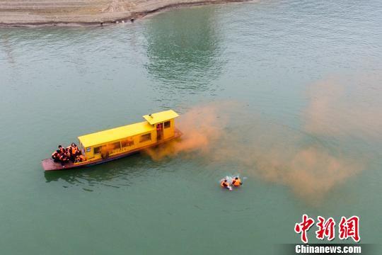 模拟船舶机舱失火,人员入水等待救援。杨华峰 摄