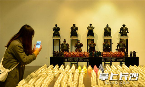 Xiang army-featured art works debut Changsha