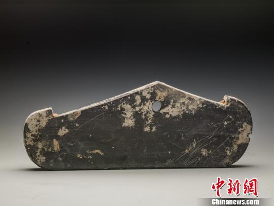 图为发现的石磬,形制特殊。陕西省考古研究院供图