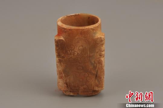 图为出土的玉琮,制作精、纹饰美。陕西省考古研究院供图