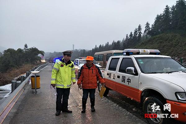专车服务--湖南迎来第一场雪 高速交警坚守一线保障路畅人安