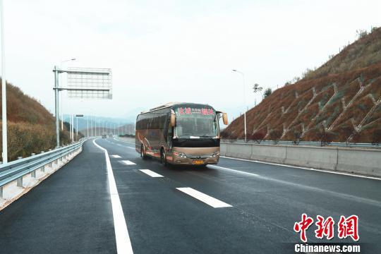 一辆湖南汝城县至广东韶关的客运巴士行驶在炎汝高速上。通讯员 安新志 摄