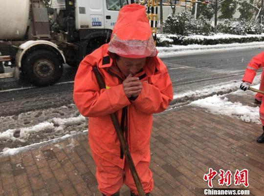 """暴雪""""盖""""了半个金陵城:雪中""""守护者""""带来融融暖意"""