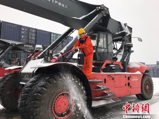 中欧班列(郑州)2018年首趟班列在大雪中启程