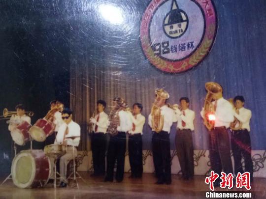 浙江海宁一人连续十年义务办晚会为乡亲送快乐
