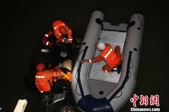 广西钦州一小汽车冲撞护桥坠入江中3人被困(图)