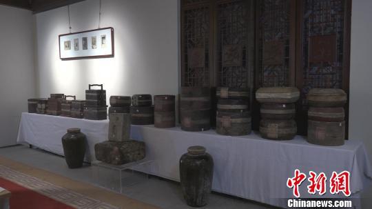 本次展出的茶品包装可谓多种多样,有瓷器、陶器、紫砂器、玉器、木器、竹器、铜器、银器、柳条、浦叶、漆器、皮、纸等多种材质。郭飞颖 摄