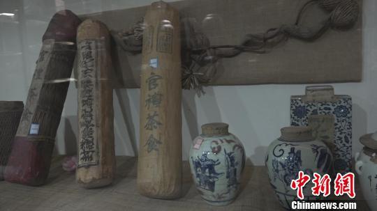 本次展览的展品涵盖了山晋茶庄、天顺祥茶庄、乔记茶庄等近二百家山西老字号。郭飞颖 摄