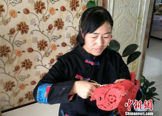 甘肃女艺人5年成就剪纸版《红楼梦》双手布满老茧