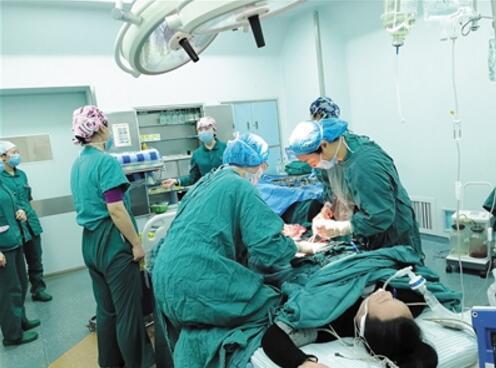 产妇胎膜早破脐带脱垂医生跪着手术保母子平安(图)