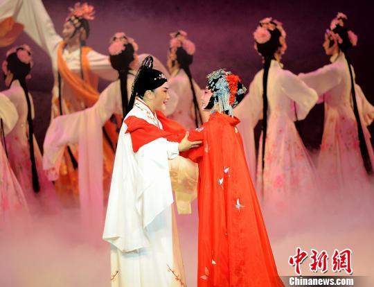 吴岚饰演的杜丽娘与女小生胡楠饰演的柳梦梅 钟欣 摄