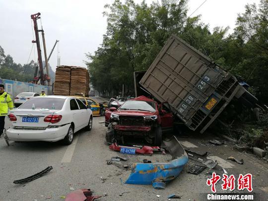 广西一大货车失控连撞5车致1重伤2轻伤