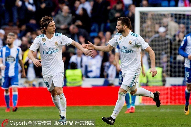 莫德里奇与队友庆祝进球