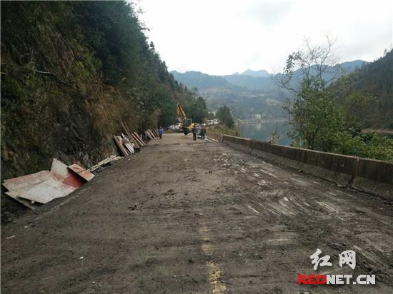 原沥青路面不能及时恢复到位,目前,还存在泥灰结碎石,路面行车舒适度