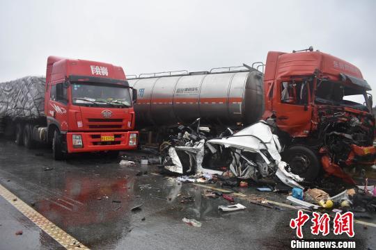 桂林高速路段5车追尾连撞致三死一伤(组图)