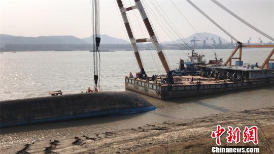 湖北货船长江侧翻续:船体扶正未发现失踪人员