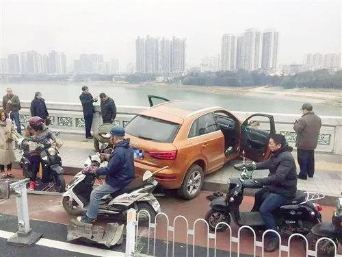 司机突发疾病无法操控致轿车冲向大桥护栏险落江