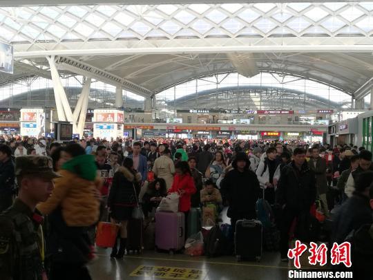 广铁迎来首个客流高峰7日晚间起开行夜间高铁