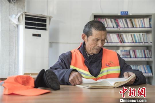 七旬环卫工下班坚持到图书馆看书:每次都把手洗干净