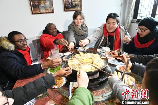 """外国友人体验""""京味儿""""中国年"""