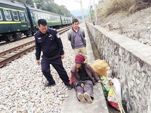 老人瘫坐铁轨民警冒死相救瞬间一列火车飞驰而过
